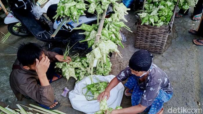 Momen Hari Raya Idul Fitri tahun ini masih dibayangi pandemi COVID-19. Para pedagang ketupat di Klaten pun keluhkan sepinya penjualan karena terdampak pandemi.
