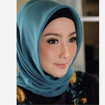 Gaya hijab Dessy Ratnasari.