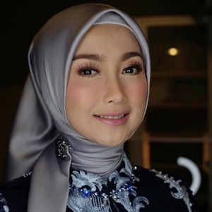 10 Gaya Hijab Desy Ratnasari yang Cantiknya Awet