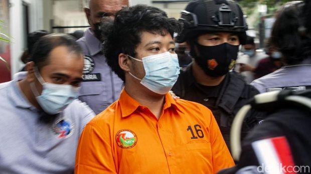 Raffi Zimah (27) tertunduk malu usai ditangkap polisi terkait penyalahgunaan narkoba. Anak pedangdut Rita Sugiarto itu pun menyampaikan penyesalannya.