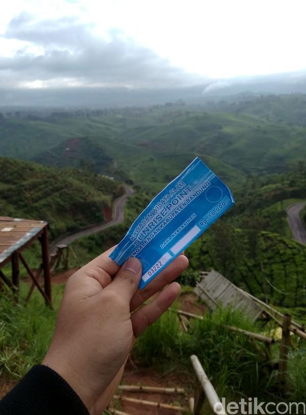 Tiket masuknya hanya Rp 10.000 per orang yang dibayarkan di loket, tidak jauh dari pintu masuk. Pengunjung direkomendasikan untuk berangkat sebelum subuh agar mendapatkan momen sunrise yang apik disana.