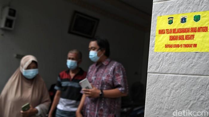 Petugas gabungan memasang stiker untuk pemudik yang baru tiba di kawasan RW 05,Sunter Agung, Jakarta Utara, Rabu (19/5). Begini bentuknya.