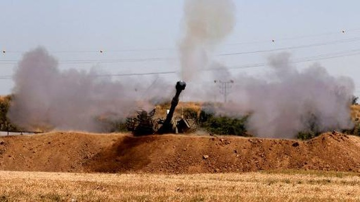 Israeli soldiers fire a 155mm self-propelled howitzer towards the Gaza Strip from their position along the border in the southern Israeli city of Sderot on May 19, 2021. - Israel is studying whether conditions are right to stop bombing Palestinian militants in Gaza but is preparing for more days of strikes if necessary, an Israeli military source said today. (Photo by JACK GUEZ / AFP)