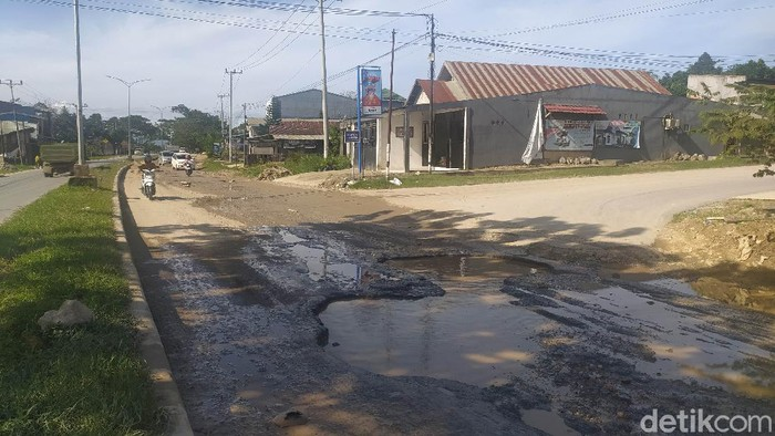 Jalan Mayjen Katamso di Kota Kendari rusak parah.
