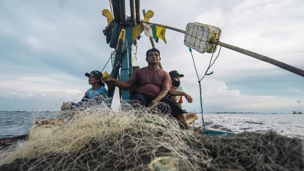 Sukardi melaksanakan shalat di tengah laut dalam perjalanan menuju Indramayu.
