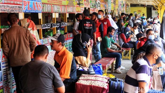 Terminal Pondok Pinang ramai didatangi warga. Mereka datang ke terminal untuk mudik usai pemberlakuan larangan mudik Lebaran berakhir beberapa waktu lalu.