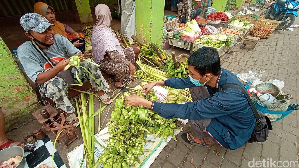 Penjualan ketupat turun drastis di Kudus, Jawa Tengah