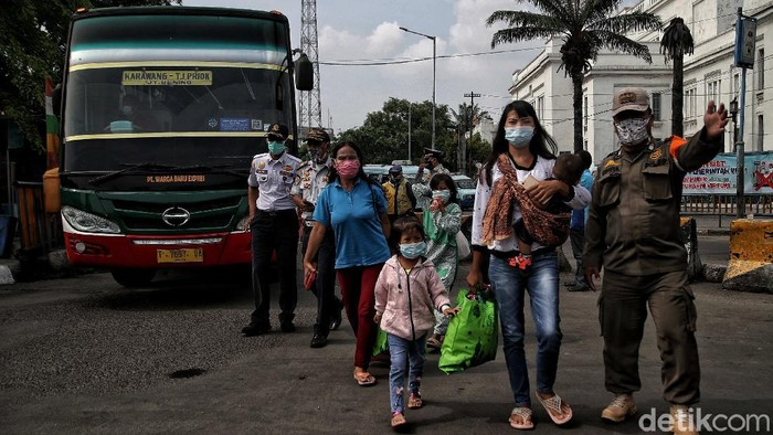 Berakhirnya libur Lebaran serta larangan mudik membuat warga yang sebelumnya tinggalkan Jakarta kembali ke Ibu Kota. Bus jadi transportasi andalan para pemudik.