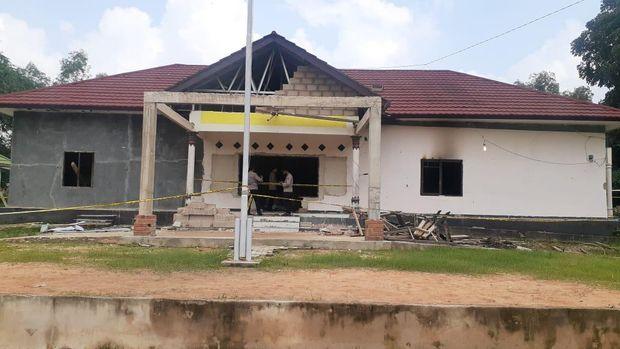 Markas Polsek Candipuro dibakar warga pada Selasa (18/5/2021) malam