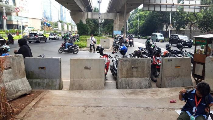 MCB telah dipasang di putaran atau U turn Jl Prof Dr Satrio, Kuningan Jakarta Selatan. Sehingga, pemotor tidak bisa naik ke trotoar.