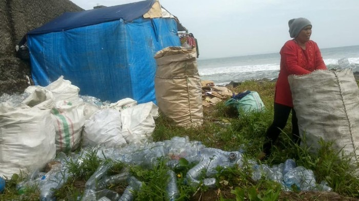 Melihat pemburu sampah plastik di pesisir teluk Palabuhanratu Sukabumi