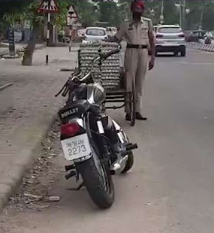 Miris! Polisi Ini Tertangkap Curi Telur Ayam di Pinggir Jalan
