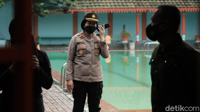 Polisi dan TNI membubarkan kerumunan di Kolam Renang Tirta Agung di Jl RE Martadinata, Tangsel. Pengunjung langsung kocar-kacir.