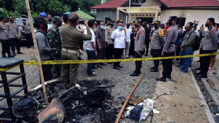Kapolda Lampung Irjen Pol Hendro Sugiatno (lima kanan) bersama Bupati Lampung Selatan Nanang Ermanto (enam Kanan) meninjau Maposek Candipuro yang dibakar oleh massa di Desa Titi Wangi, Candipuro, Lampung Selatan, Lampung, Rabu (19/5/2021). Aksi pembakaran Mapolsek Candipuro oleh massa yang terjadi pada Selasa (18/05/2021) malam diduga dipicu kekesalan warga atas maraknya kasus kriminal pencurian dengan kekerasan atau begal di wilayah hukum Polsek tersebut yang tidak terungkap. ANTARA FOTO/Ardiansyah/hp.