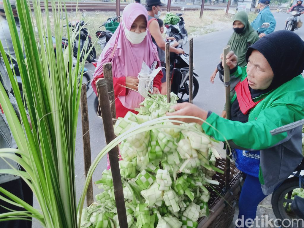 Perajin ketupat di Pasar Desa Gatak, Kecamatan Delanggu. (Achmad Syauqi detikcom)