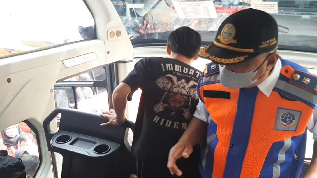 Penumpang Diminta Turun dari Bus Karena Langgar Prokes