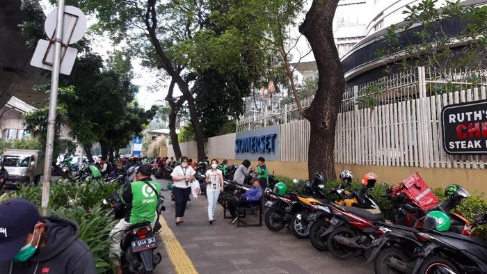 Pindah dari JLNT Casablanca, pemotor kini parkir di trotoar depan Apartemen Somerset, Jl Prof Dr Satrio, Kuningan, Jakarta Selatan.