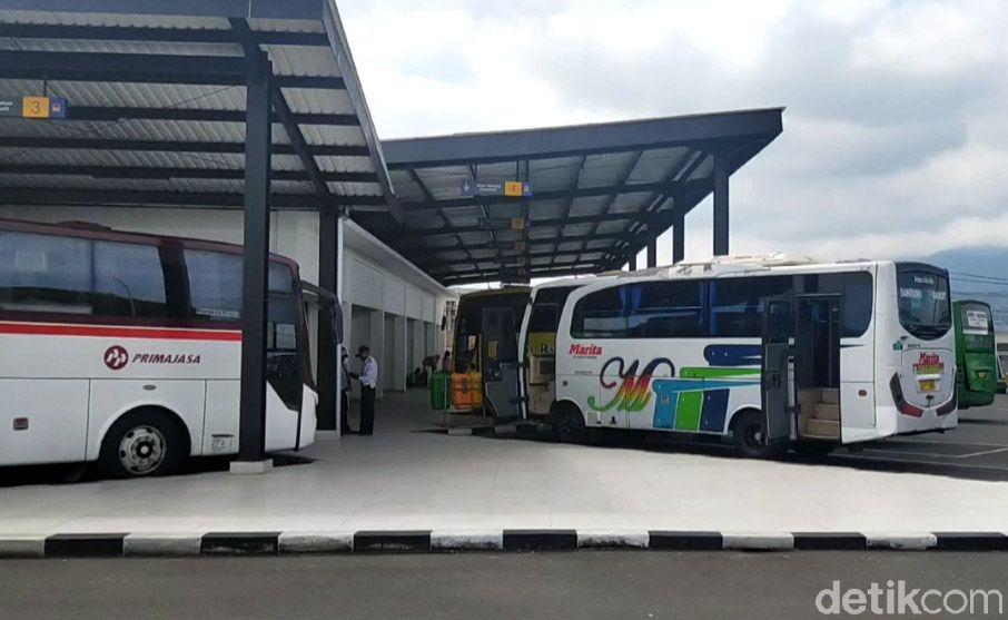 Armada bus di Terminal Garut kembali beroperasi usai pelarangan mudik lebaran selama lebih dari sepekan terakhir. Para calon penumpang yang hendak naik harus memiliki surat bebas COVID-19.