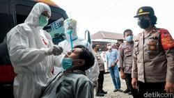 Puluhan pemudik yang baru tiba di Tangerang Selatan jalani tes antigen di Terminal Bus Primajasa. Hasilnya, satu orang dinyatakan reaktif COVID-19.