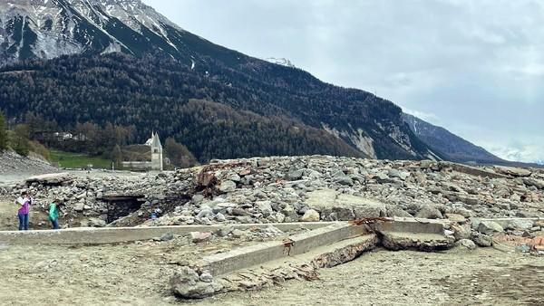 Inilah desa Curon, sebuah desa kecil di Tyrol Selatan, Italia yang tenggelam di dasar Danau Resia. Desa ini tenggelam di air sejak tahun 1950, namun baru-baru ini muncul ke permukaan gegara mengeringnya danau. (Louisa Azzolini/Twitter)