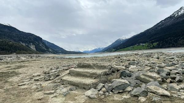Pemandangan mengerikan danau Resia dan kisah tenggelamnya desa Curon itu pun menjadi insipirasi film serial bertemakan supranatural Netflix dengan judul Curon. (Louisa Azzolini/Twitter)
