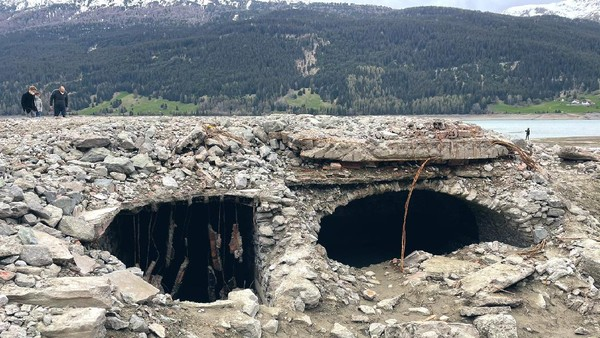 Warga setempat yang mengabadikan foto desa Curon, Louisa Azzolini merasakan suasana sedikit aneh ketika berjalan-jalan di atas reruntuhan bekas rumah warga desa Curon. Dahulu rumah-rumah ini dihuni oleh penduduk desa Curon. (Louisa Azzolini/Twitter)