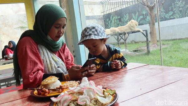 Sensasi makan dengan pemandangan hewan buas biasa Anda rasakan di Lembang Park Zoo, Kabupaten Bandung Barat.