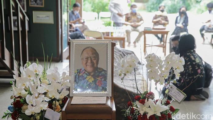 Suasana rumah duka mantan Juru Bicara Presiden ke-4 RI Abdurrahman Wahid (Gus Dur), Wimar Witoelar di kawasan Jakarta Selatan, Rabu (19/5/2021). Beliau meninggal di Rumah Sakit Pondok Indah Jakarta, Rabu (19/5/2021) sekitar pukul 09.00 WIB pagi tadi.