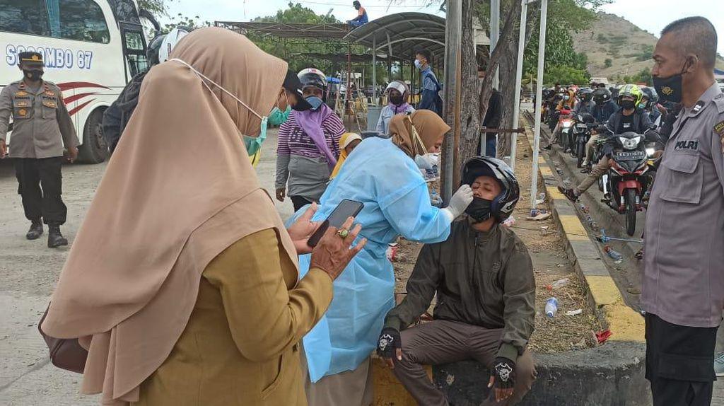 200 Orang Penumpang di Pelabuhan Poto Tano Dites Swab, Ini Hasilnya