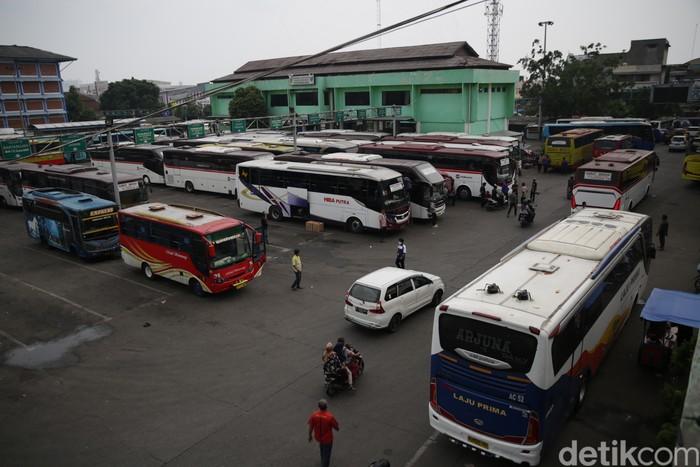 Warga bersiap menaiki bus tujuan Sumatera Barat di Terminal Bekasi, Jawa Barat, Rabu (19/5/2021).
