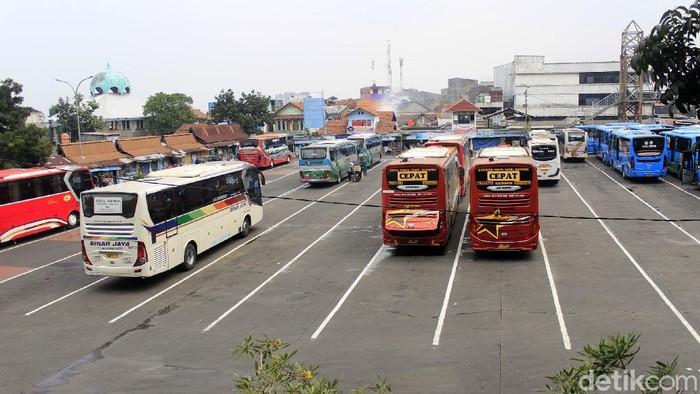 Larangan mudik Lebaran berakhir pada tanggal 17 Mei lalu. Terminal Cicaheum di Kota Bandung pun kembali bergeliat usai larangan mudik berakhir. Berikut potretnya.