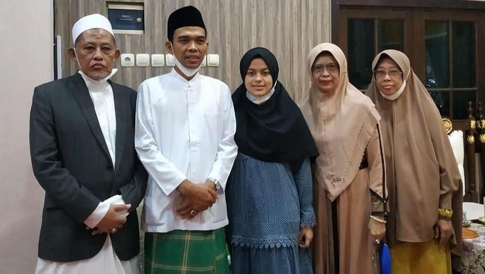 Ustaz Abdul Somad (UAS) bersama istrinya Fatimah Az Zahra Salim Barabud (19) safari ke Pemkab Jombang. Tak hanya itu, mereka juga mendatangi 3 ponpes besar.
