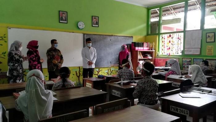Bahagianya Siswa Pasuruan Kembali ke Sekolah Setelah Setahun Belajar di Rumah
