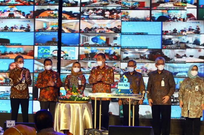 PT Bank Pembangunan Daerah Jawa Barat dan Banten (bank bjb) pada hari ini genap berusia 60 tahun. Lebih dari separuh abad bank bjb memberi peran dan kontribusi dalam membangun daerah, khususnya di Jawa Barat dan Banten.