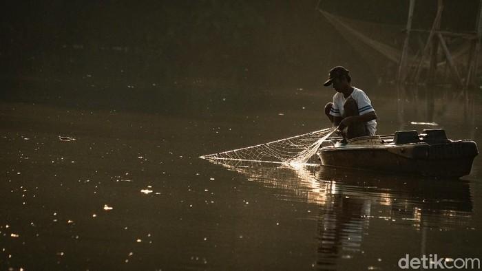 Nelayan-nelayan kecil di Kecamatan Pamulang, Tangerang Selatan, menggantungkan hidupnya dengan menangkap ikan di danau. Penghasilan mereka seringkali tidak menentu.