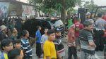 Foto-foto Mobil Nangkring di Pagar Rumah Warga