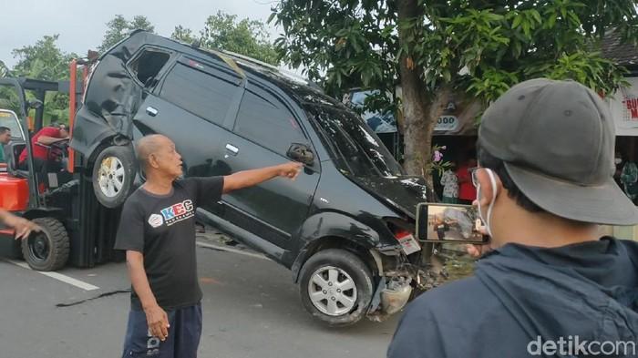 Satu unit mobil Toyota Avanza warna hitam kecelakaan hingga nangkring ke pagar rumah warga di Desa Lalung, Kecamatan/Kabupaten Karanganyar, Jawa Tengah.