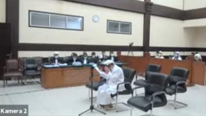 Habib Rizieq menangis saat membacakan pleidoi kasus kerumunan Petamburan dan Megamendung, di PN Jaktim, Kamis (20/5/2021).