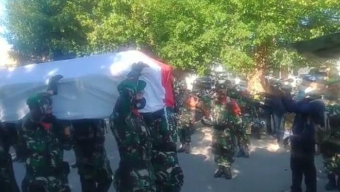 Jenazah Prada Ardi Yudi tiba di Bandara El Tari Kupang (Antara).