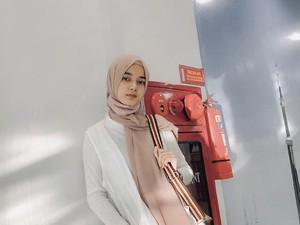 Gadis Cantik Aceh Viral Fotonya Eksis di Belakang Truk, Jadi Duta Lalu Lintas