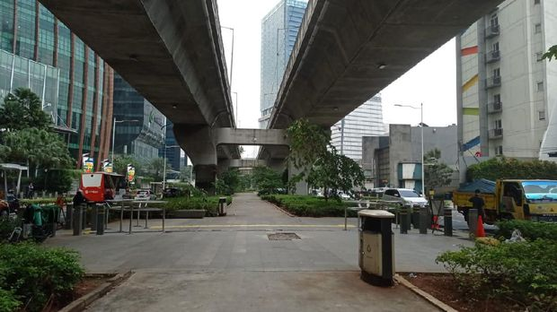 Kodisi trotoar depan Mal Kuningan City usai pemasangan portal S dan penghalang lainnya.