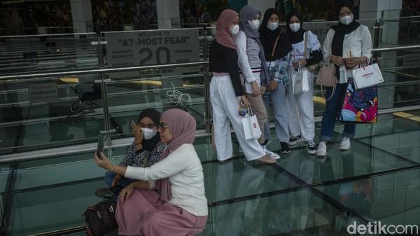 Pengelola membatasi pengunjung yang akan berada di lantai kaca dengan pemandangan kawasan Pondok Indah.