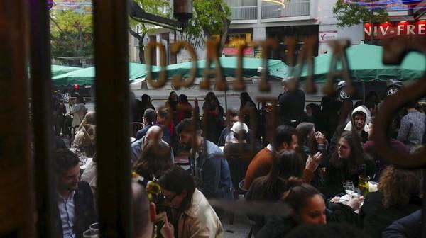 Hal yang sama juga terjadi pada kafe kafe yang ada di sekitarnya. Kursi-kursi yang tersedia langsung diambil alih para pelanggan. AP Photo/Rafael Yaghobzadeh