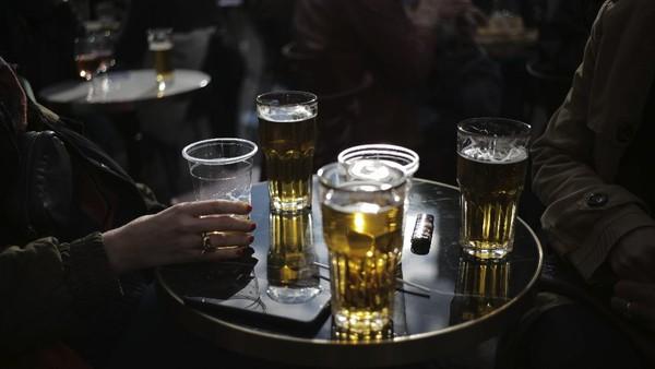 Namun setiap meja di cafe dan restoran harus dibatasi maksimal enam orang. AP Photo/Lewis Joly