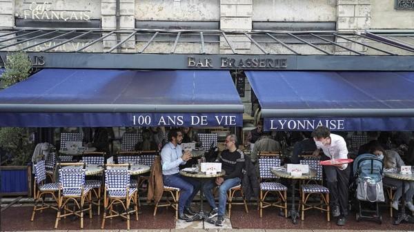 Kendati demikian, para pemilik kafe mengaku tidak keberatan dengan kebijakan tersebut. AP Photo/Laurent Cipriani
