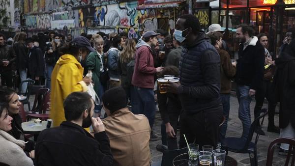 Para pemilik usaha berterima kasih kepada pemerintah Prancis yang telah mengizinkan kafe-kafe yang ada di Prancis untuk kembali beroperasi. AP Photo/Lewis Joly