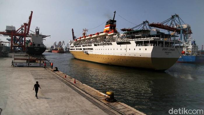 Penumpang turun dari Kapal Pelni KM Dorolonda yang tiba di Terminal Nusantara Pura Pelabuhan Tanjung Priok, Jakarta Utara, Kamis (20/5).