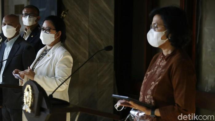 Ketua DPR RI Puan Maharani didampingi anggota dewan dan Menteri Keuangan Sri Mulyani Indrawati, menyampaikan kerangka kebijakan ekonomi makro dan pokok-pokok kebijakan fiskal (KEM PPKF) tahun 2022, di Kompleks Parlemen Senayan, Jakarta, Kamis (20/05/2021).