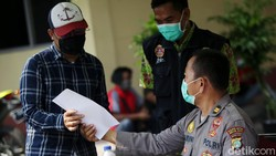 Warga yang kembali dari kampung halaman menjalani tes swab antigen di Polsek Bekasi Selatan. Tes antigen itu untuk menekan risiko penyebaran virus COVID-19.
