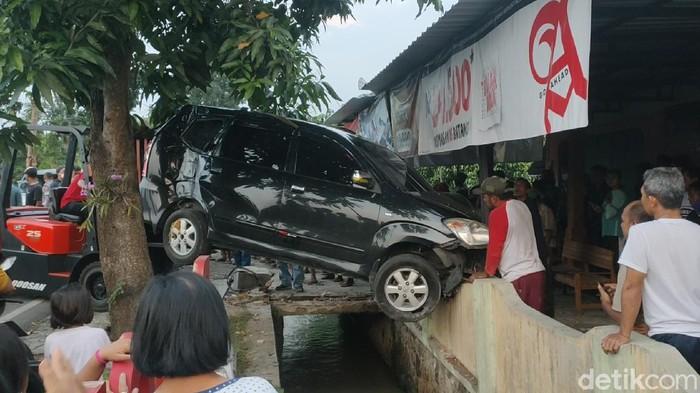 Penampakan mobil nangkring di pagar rumah warga Karanganyar, Kamis (20/5/2021)